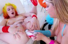 Lésbicas gostosas enfiando brinquedos no cu e gozando pela bunda