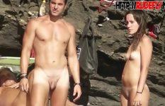 Sexo na praia de nudismo com gostosas safadinhas peladas