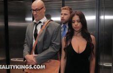 Quero ver filme pornô dos amigos de trabalho fudendo dentro do elevador